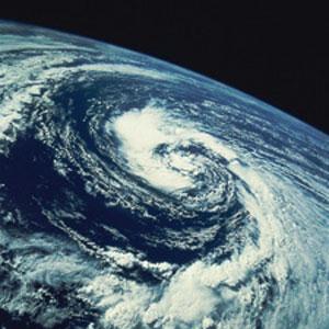 Земля достаточно массивна и удерживает возле себя атмосферу
